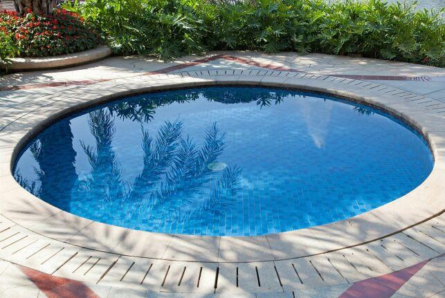 Une piscine coque ronde pour les petits jardins