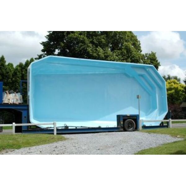 Une piscine coque semi enterr e originalit et confort for Installation piscine enterree