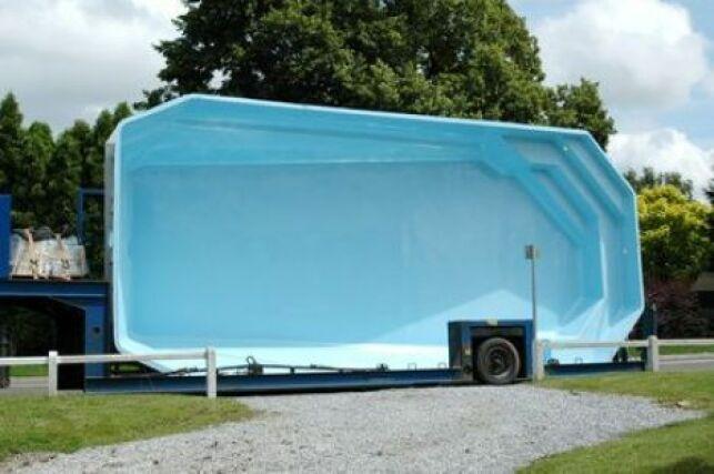 Une piscine coque semi-enterrée est une installation originale pour votre jardin.