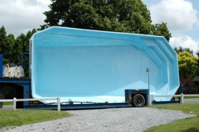Une piscine coque semi enterr e originalit et confort for Prix piscine posee