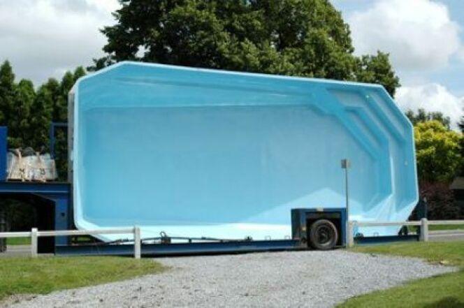 Une piscine coque semi enterr e originalit et confort for Piscine sol mobile prix
