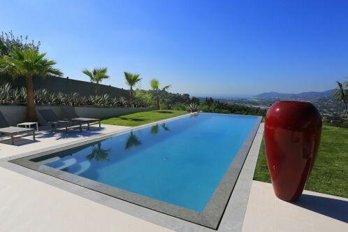 Une piscine de forme classique