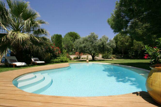 Une piscine de forme libre