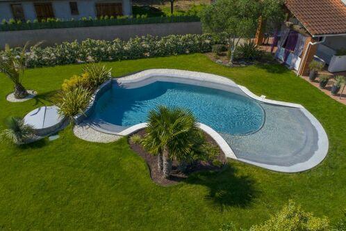 Une piscine de forme originale