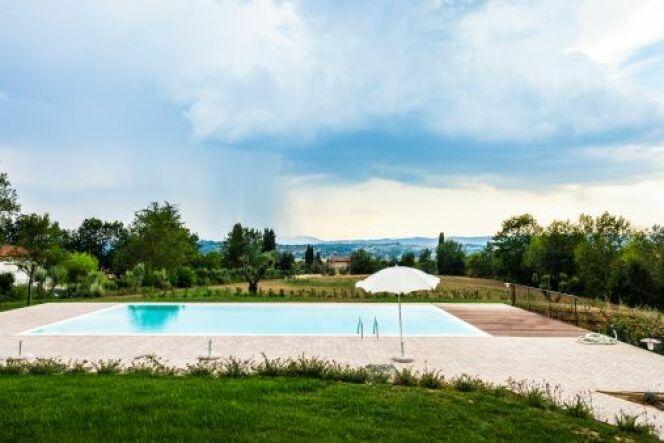 Une piscine en aluminium se monte assez rapidement et s'accorde à la plupart des jardins.