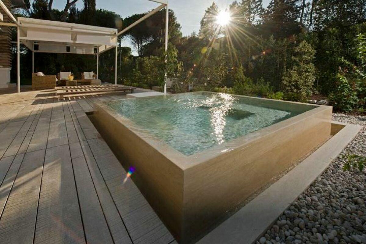 Une piscine en béton hors-sol : une installation solide pour votre