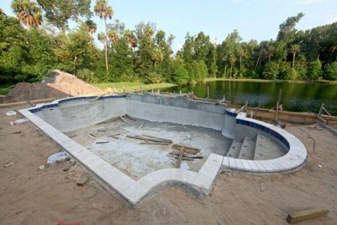 Une piscine en béton intégral (béton coulé et béton projeté)