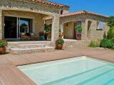 La piscine bois carrée : une forme pratique et design
