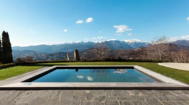 Les piscines en bois rectangulaire sont élégantes et esthétique.