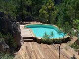 Une piscine en bois semi-enterrée