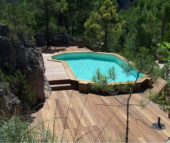 Une piscine en bois semi-enterrée est élégante et résistante.
