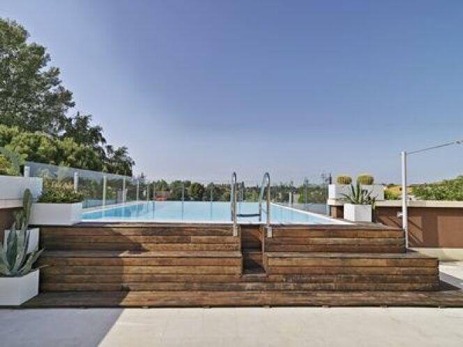 La piscine en bois semi enterrée peut être à prix réduit.