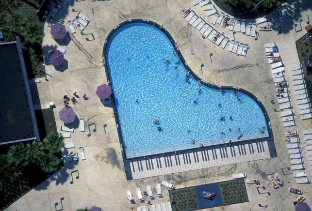 Une piscine en forme de piano