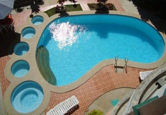 Une piscine en forme de pied