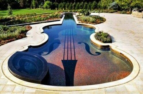 Une piscine en forme de violon