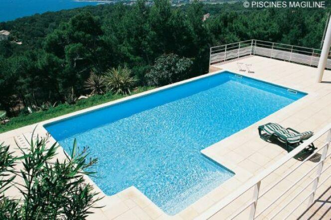Une piscine en hauteur avec la mer Méditerranée en toile de fond