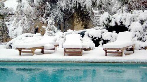 Pour bien passer l'hiver, votre piscine doit être mise en hivernage pour préserver la qualité de son eau.