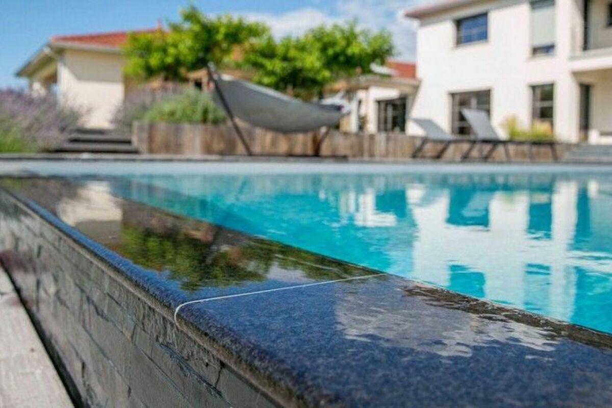 Piscine En Pierre Hors Sol une piscine en pierre, atouts et esthétisme - guide-piscine.fr