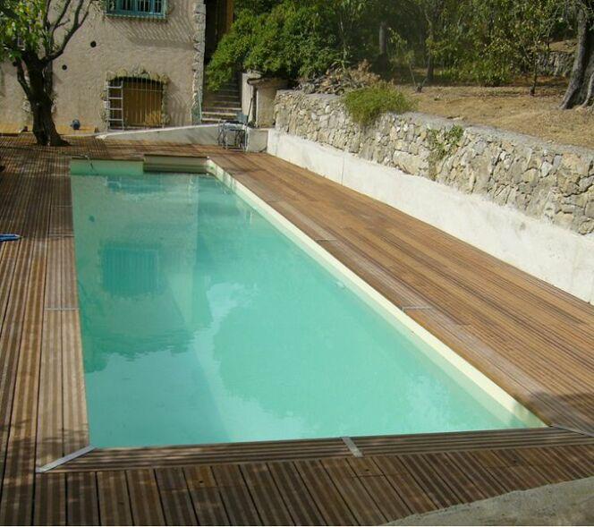 """Une piscine en teck est magnifique mais a un prix.<span class=""""normal italic petit"""">© Bluewood</span>"""