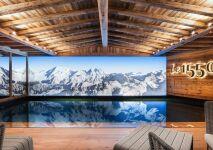 Une piscine en trompe-l'œil dans un chalet de montagne