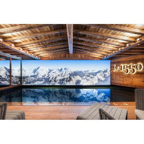 une piscine en trompe l il dans un chalet de montagne. Black Bedroom Furniture Sets. Home Design Ideas