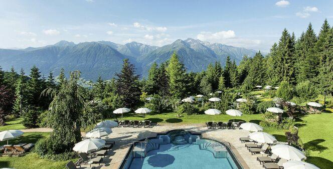 Une piscine extérieure avec vue sur les Alpes