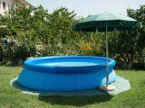 Une piscine gonflable dans votre jardin : de long moments de détente à prévoir