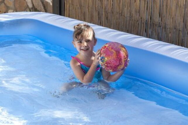 Une piscine gonflable pas chère est assez facile à trouver dans le commerce.