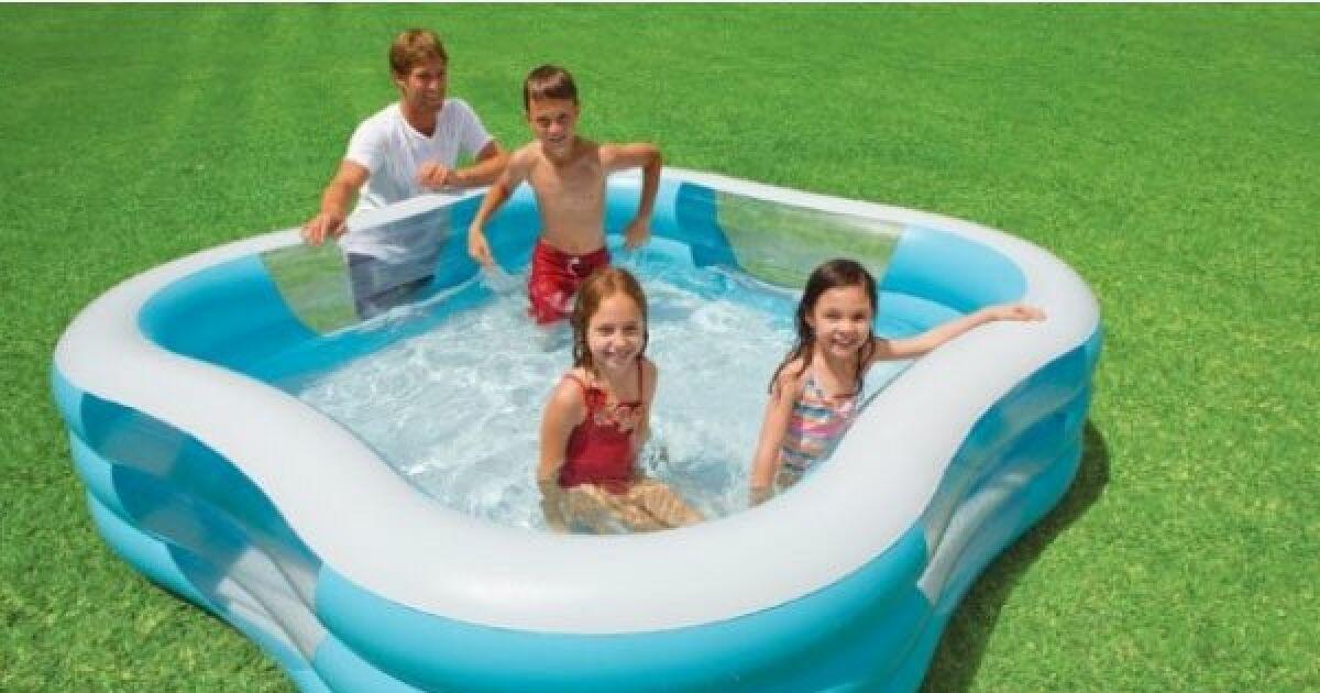 une piscine gonflable pour les enfants des s ances de jeux aquatiques. Black Bedroom Furniture Sets. Home Design Ideas