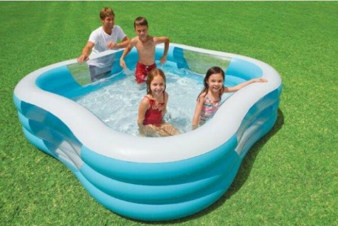 Une piscine gonflable pour les enfants leur permet de nombreuses heures de baignade et de fun dans le jardin.