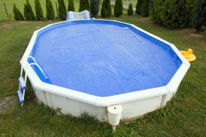 """Une piscine hors-sol avec bâche isotherme<span class=""""normal italic petit"""">© Wildcat - Fotolia.com</span>"""