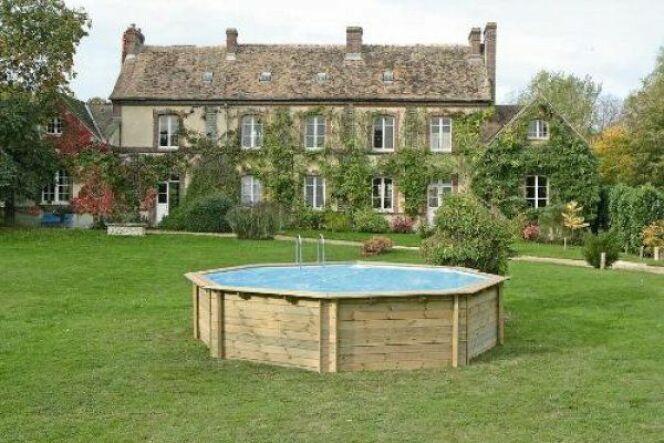 """La piscine imitation bois permet de profiter de l'esthétique d'une piscine bois à la praticité d'une piscine composite.<span class=""""normal italic petit"""">© solostocks</span>"""