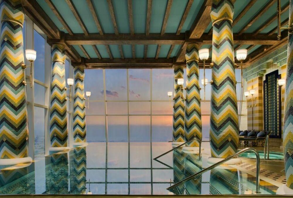 Une piscine intérieure à débordement© Hôtel Burj-al-Arab
