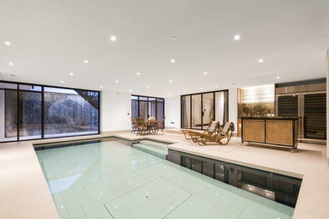 Une piscine intérieure à fond mobile.
