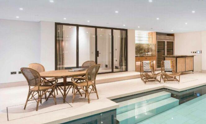 Une piscine intérieure au design contemporain et minimaliste.
