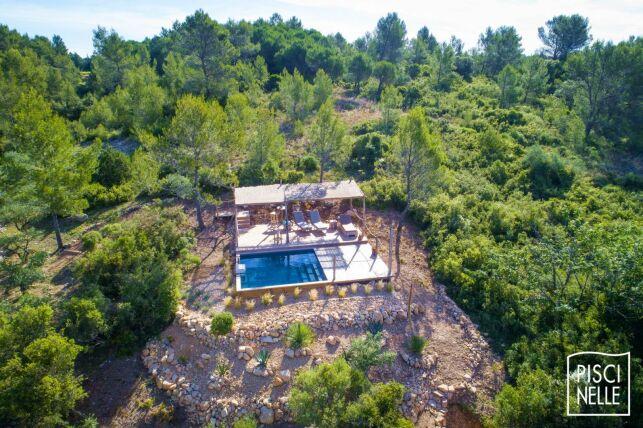 Une piscine perdue au milieu de la nature