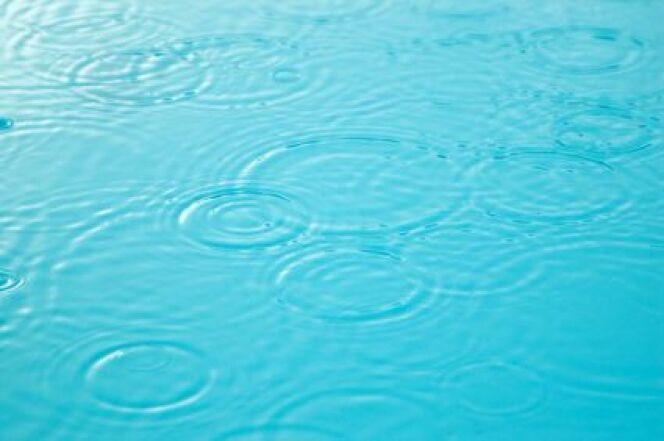 """Une piscine peut-elle déborder en cas de forte pluie ? <span class=""""normal italic petit"""">© seraphic06 - Fotolia.com.jpg</span>"""