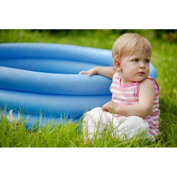 Une piscine pour b b de l 39 eau pour votre bout de chou for Bebe dans piscine