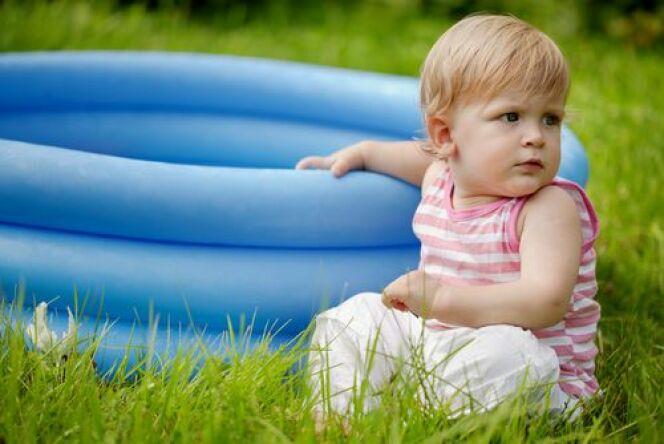 """Une piscine pour bébé : faire ses premiers pas dans l'eau.<span class=""""normal italic petit"""">© Elena P.</span>"""