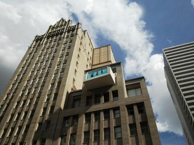 """Une piscine pour se baigner au-dessus de Dallas au Joule Hotel<span class=""""normal italic petit"""">© skynet.be</span>"""