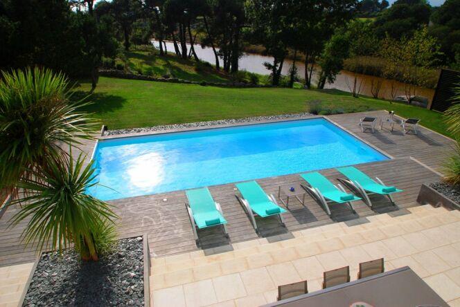 """Une piscine prête à plonger vous évite tous les inconvénients des travaux d'installation.<span class=""""normal italic petit"""">© L'Esprit Piscine</span>"""