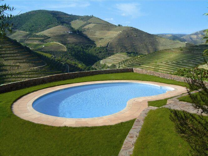 """Une piscine privée en Auvergne permet de profiter du paysage et de la chaleur.<span class=""""normal italic petit"""">© Aquilus</span>"""