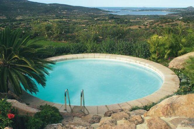Une piscine privée en Midi-Pyrénées permet de profiter de la chaleur de la région.