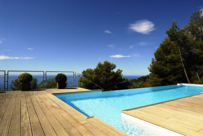 """Une piscine privée en Provence Alpes Côte d'Azur permet de profiter du climat ensoleillé de cette région.<span class=""""normal italic petit"""">© L'esprit piscine</span>"""