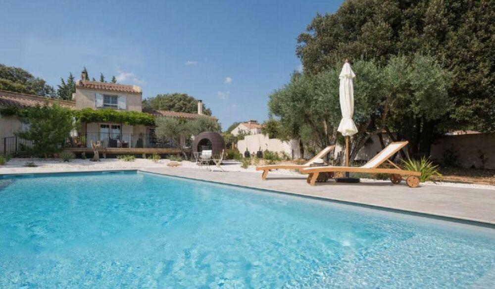 Une piscine qui mêle luxe et authenticité, par Aquilus© Aquilus Piscines