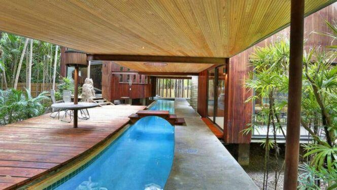Une piscine qui traverse une maison en Floride !