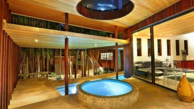 """Une piscine qui traverse une maison en Floride !<span class=""""normal italic petit"""">© Sotheby's International Realty</span>"""