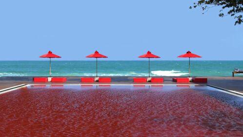 Une piscine rouge avec vue sur l'océan