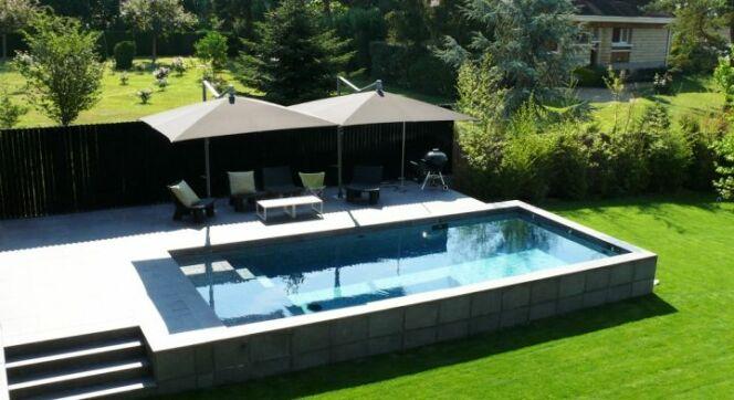 """Une piscine semi-enterrée en béton <span class=""""normal italic petit"""">© Carré Bleu</span>"""