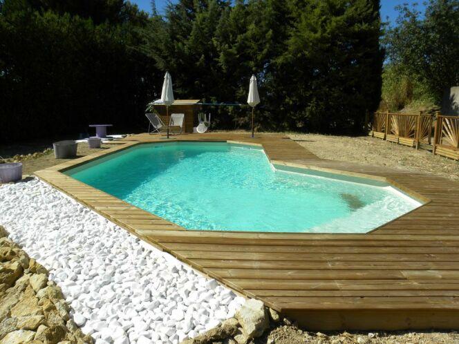 """Une piscine sur mesure s'adaptera parfaitement à votre espace disponible.<span class=""""normal italic petit"""">© Bluewood</span>"""